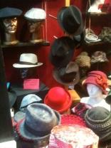 chapeaux d'hiver Hommes et femmes intégrent la vitrine.