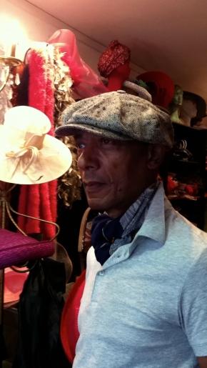 Une casquette en soie, élegament porté par un fidel client.