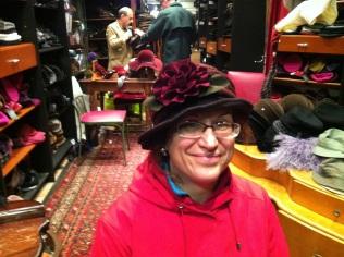 Michelle aime ce chapeau chaud et fleuri!