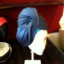 """Turban """"habillé"""" Melange de soie pour la calotte et de buntal."""