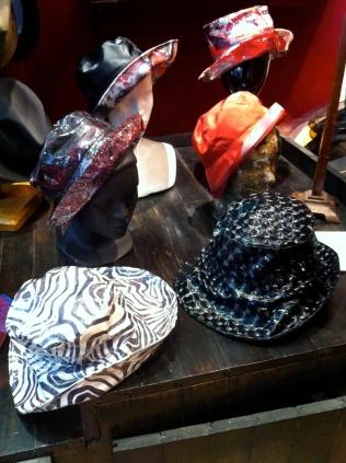 Ma vitrine, Nous avons une clientéle fidéle. Ces chapeaux de Pluie, font partie de leurs favoris!