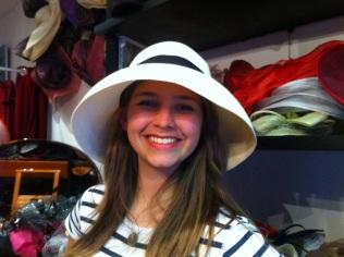 Amanda! Superbe avec son chapeau roulable et emegant.